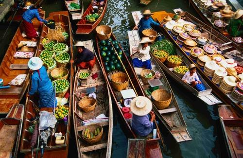 The floating market on the Damnern Saduak in Thailand